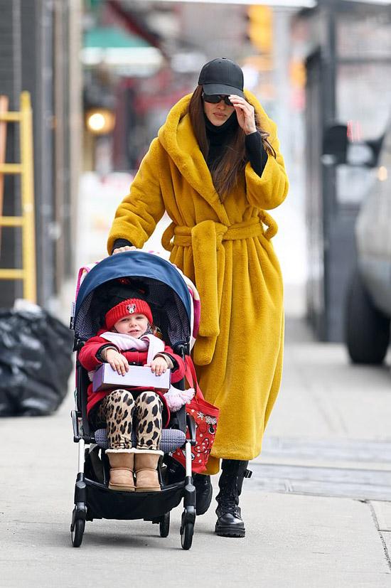 Ирина Шейк в пальто халате