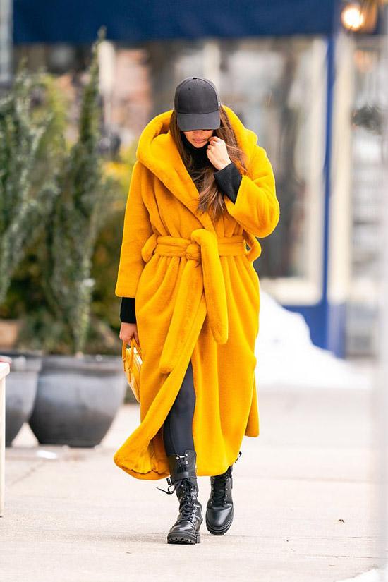 Ирина Шейк в пальто халате и ботинках
