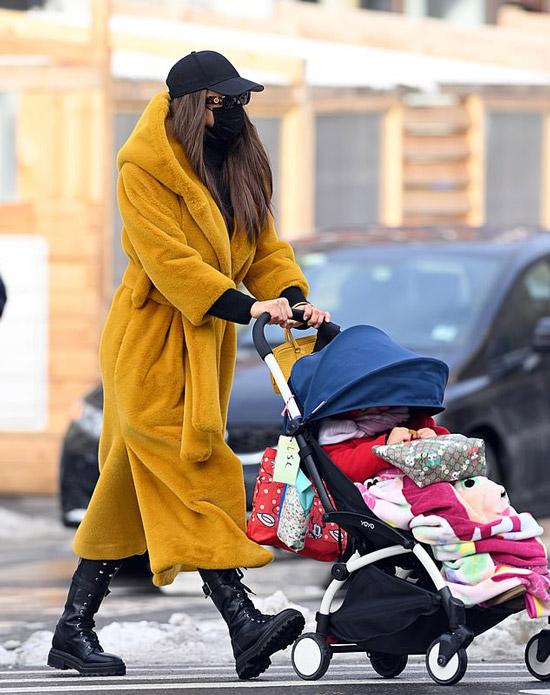 Ирина Шейк в желтом пальто гуляет с дочкой
