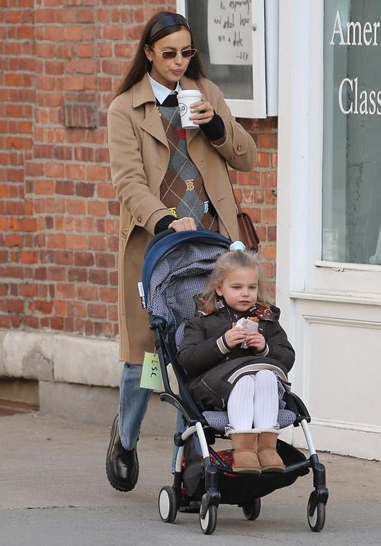 Ирина Шейк с дочкой отправилась в кафе