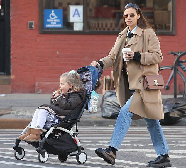 Ирина Шейк в пальто и ботинках