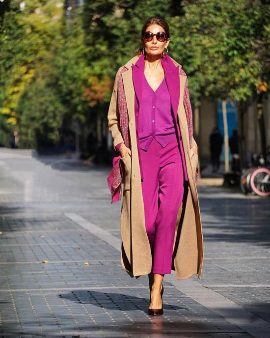 Яркий костюм и классическое пальто