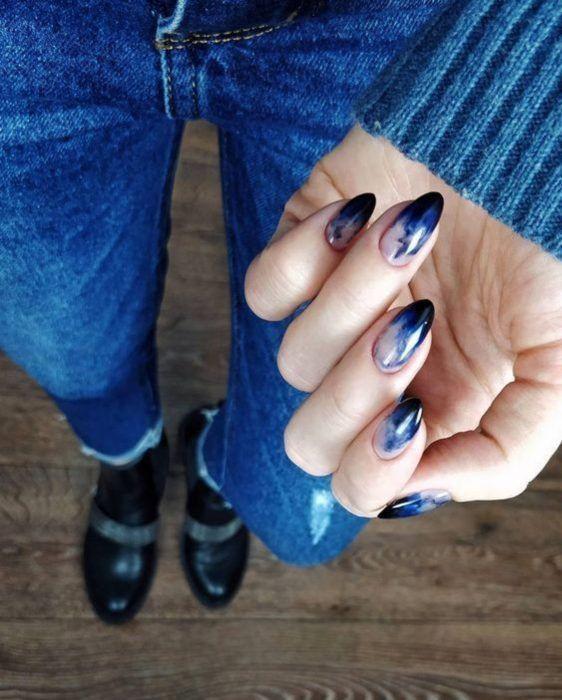 классный темно синий маникюр омбре на овальных ногтях
