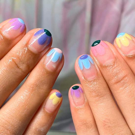 красивые разноцветные ромашки на коротких натуральных ногтях