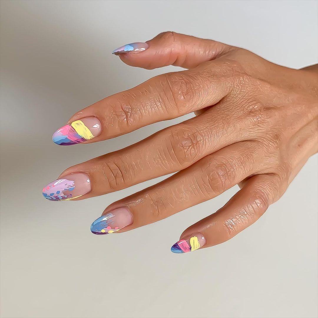 красивый абстрактный маникюр в пастельных оттенках на длинных овальных ногтях