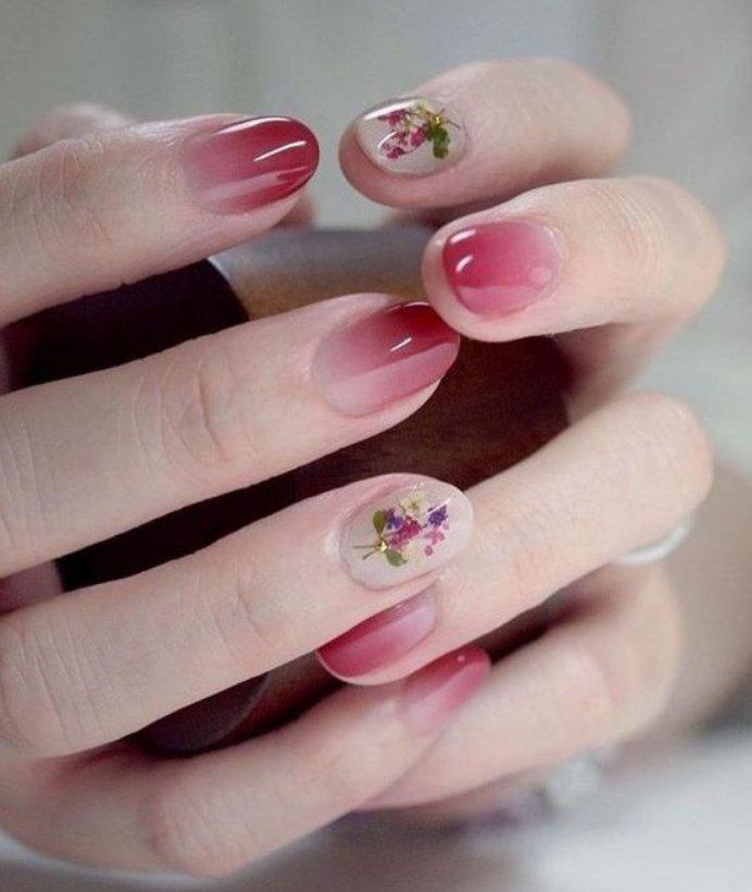 красный маникюр омбре с цветочным принтом на овальных ногтях