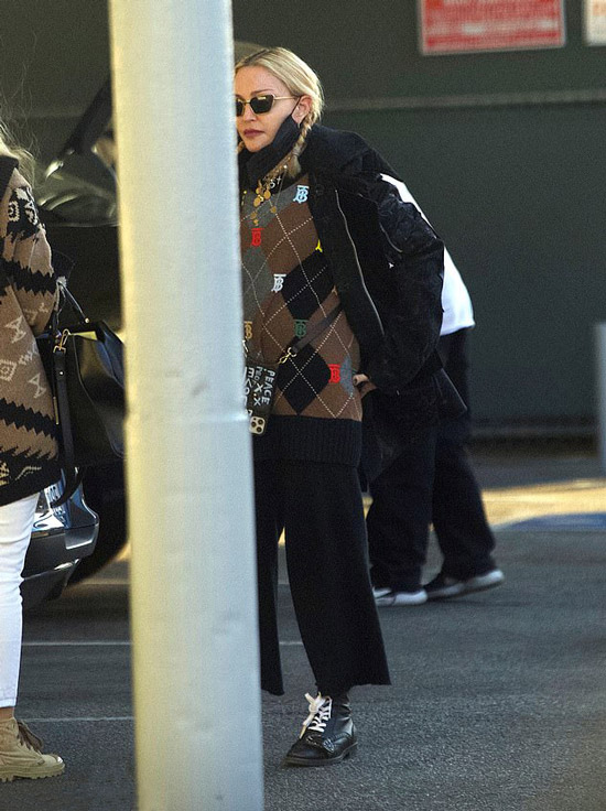 Мадонна в брюках и свитере