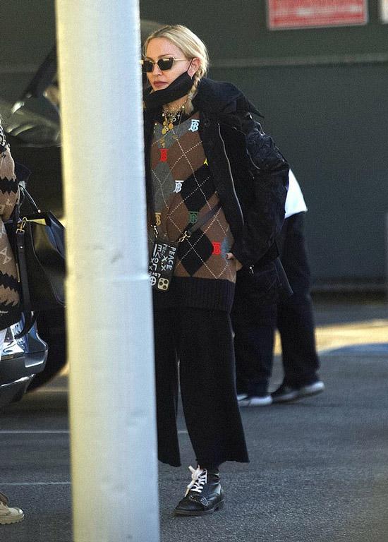Мадонна в куртке и ботинках
