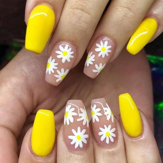 Желтый маникюр с маргаритками