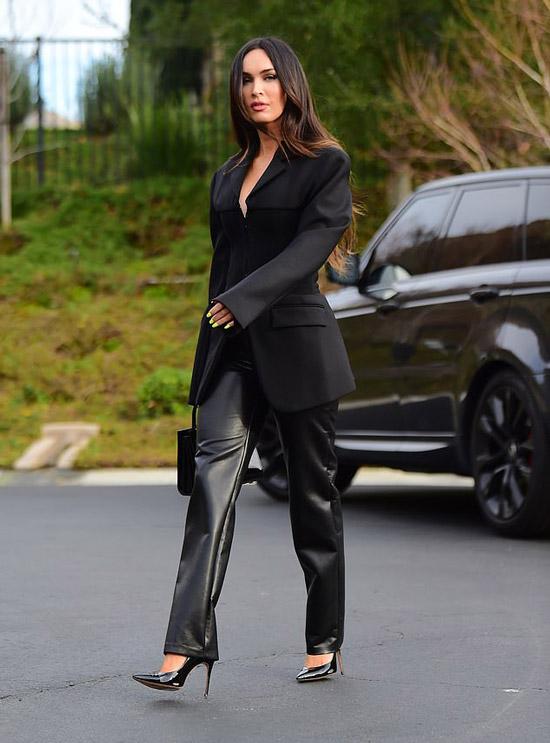 Меган Фокс в кожаных брюках и блейзере