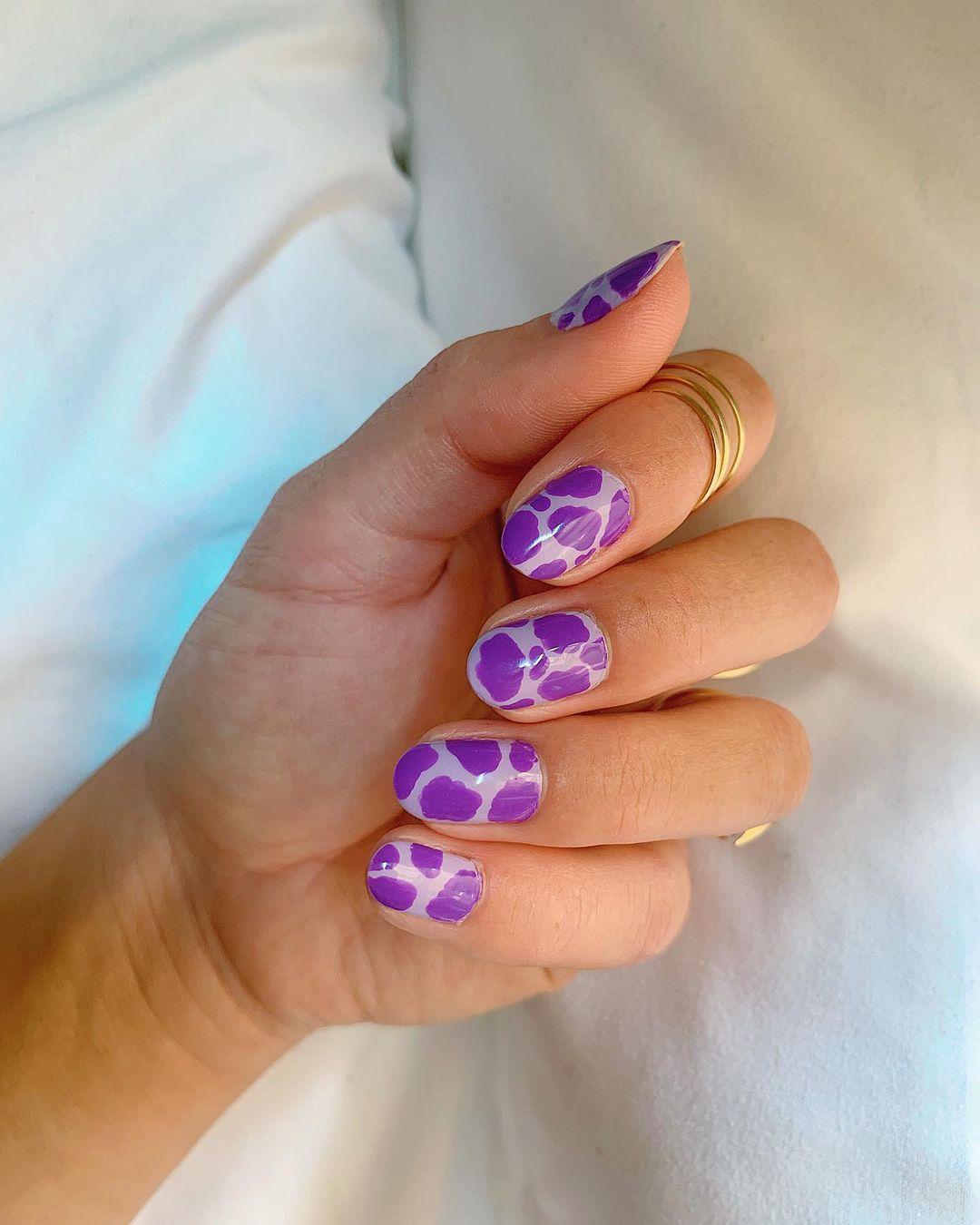 необычный фиолетовый маникюр на овальных ногтях
