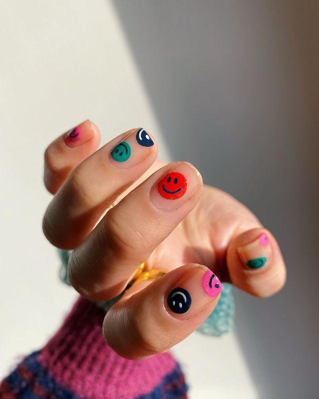 разноцветные смайлики на коротких ногтях