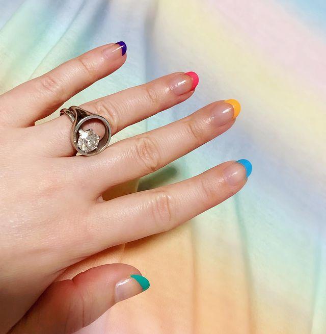 разноцветный френч на натуральных овальных ногтях