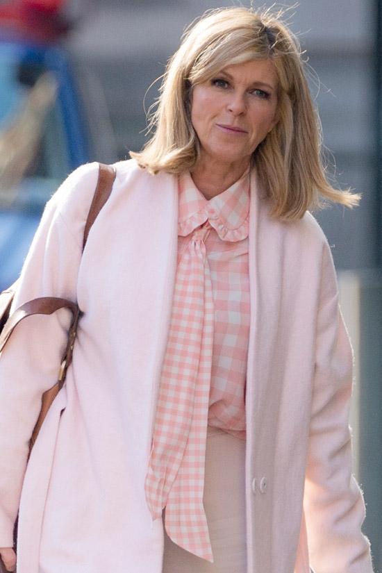 Кейт Гэррауэй в блузе с галстуком и пальто