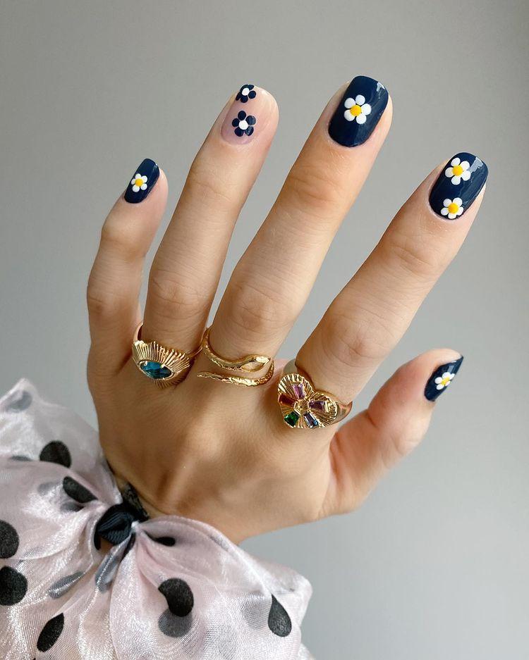 темно синий маникюр с ромашками на ногтях средней длины
