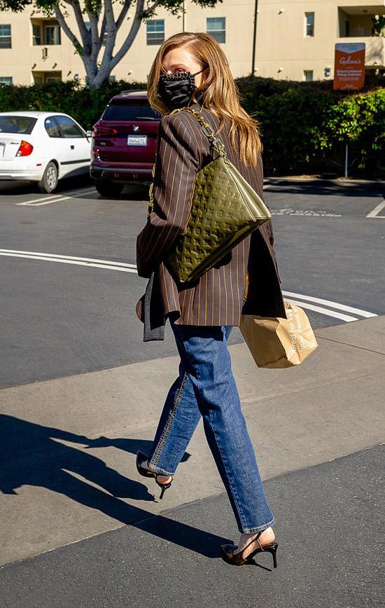 Хлоя Грейс Морец показала стрит стайл тренд сезона, модную сумку