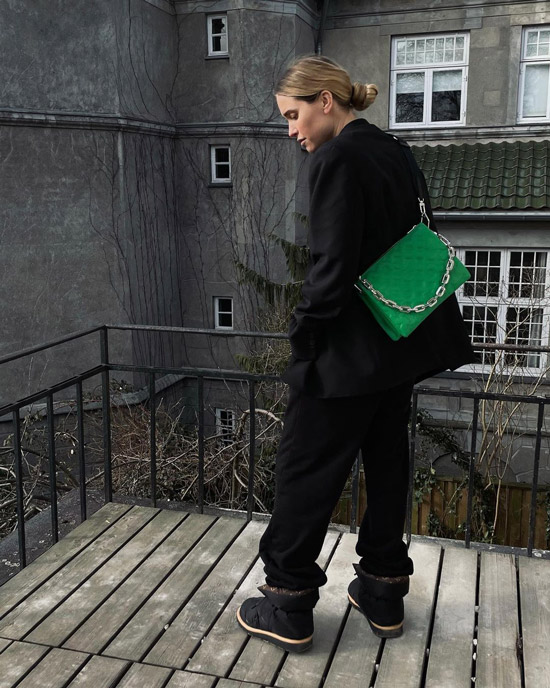 pernilleteisbaek показала стрит стайл тренд сезона, модную сумку