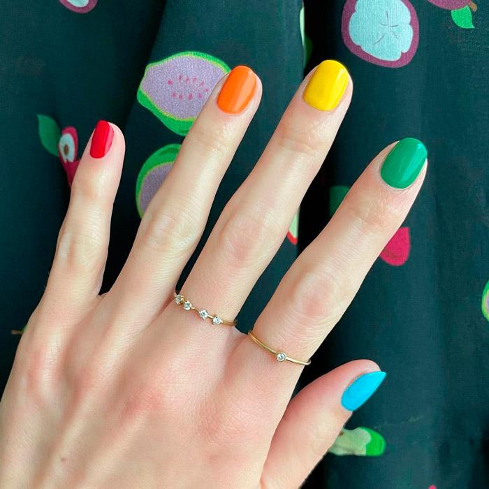 яркий разноцветный маникюр на коротких ногтях