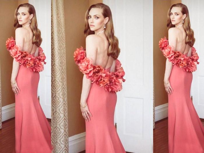 Аманда Сейфрид в вечернем розовом платье, ухоженные длинные волосы с боковым пробором