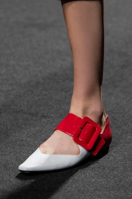 Белые балетки с острым носом и широким красным ремешком от SHI.RT