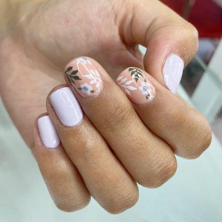 Белый маникюр на коротких ногтях с цветочными узорами