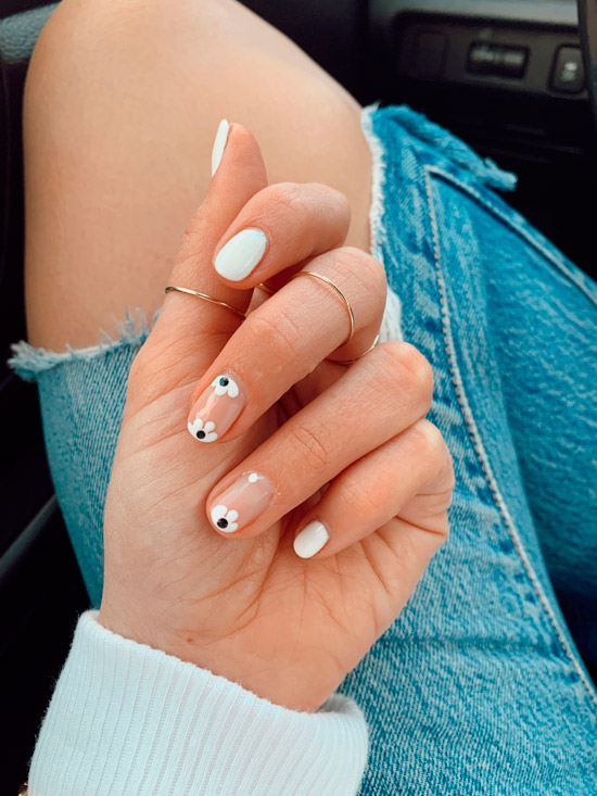 Белый маникюр с цветами на натуральных ногтях