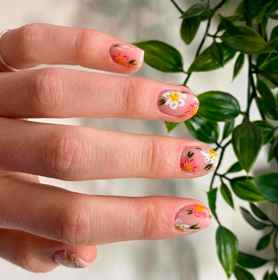 Бежевый маникюр с белыми и розовыми ромашками на коротких ногтях
