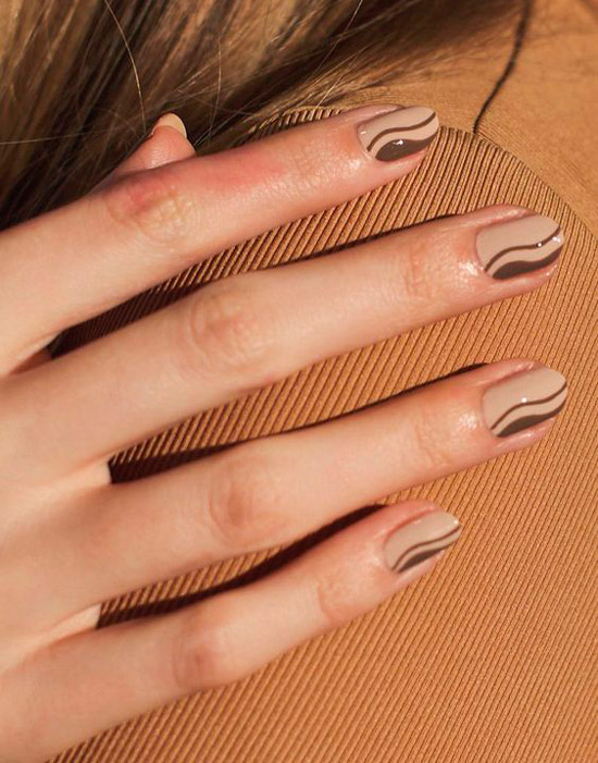 Бежевый маникюр с коричневыми волнами на коротких натуральных ногтях