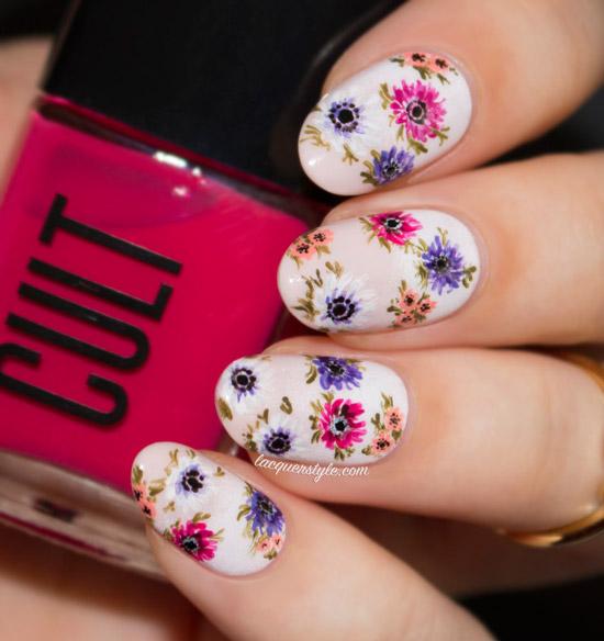 Бежевый маникюр с разноцветными весенними цветами на овальных ногтях