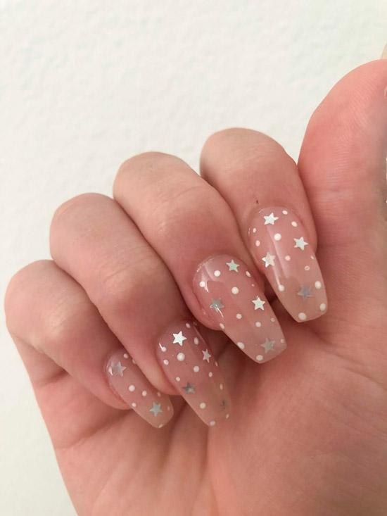 Бежевый маникюр с серебристыми звездами на длинных ногтях