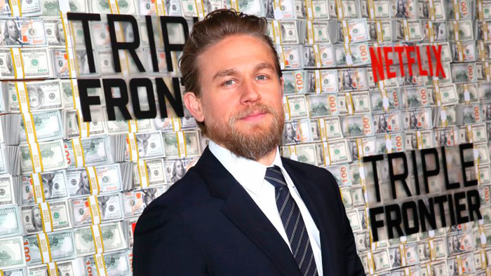 Чарли Ханнем в черном деловом костюме и белой рубашке с галстуком