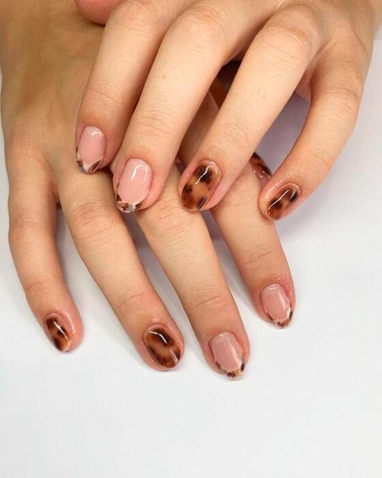 Черепаший принт на коротких ногтях френч