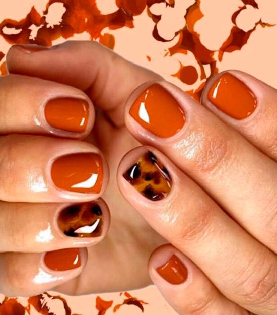 Черепаший принт в оранжевых оттенках на коротких ногтях
