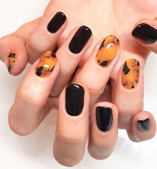 Черепаший принт в сочетании с черными ногтями