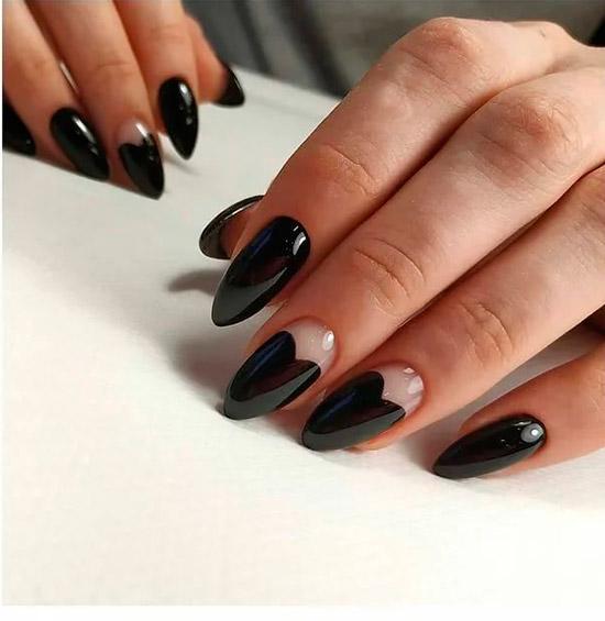 Черный глянцевый маникюр в форме сердца на овальных ногтях
