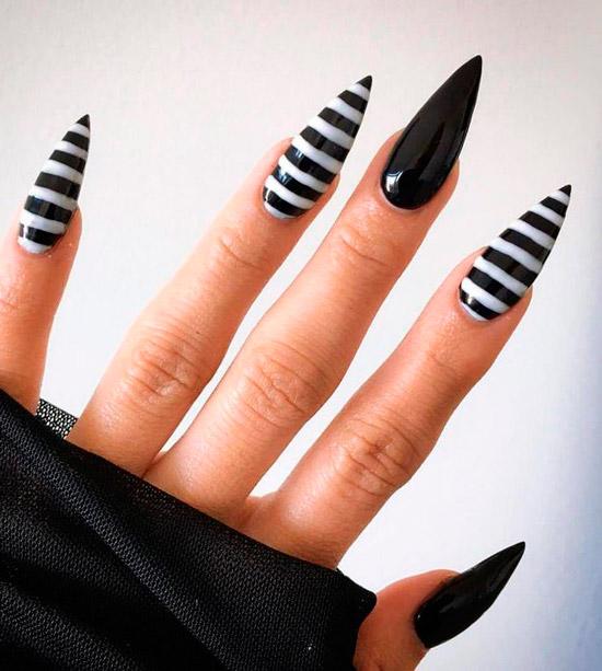 Черный маникюр в черно белую полоску на длинных острых ногтях