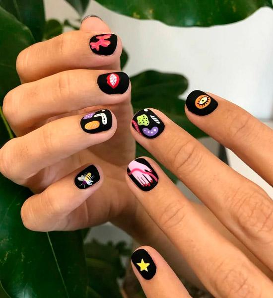 Черный матовый маникюр с яркими принтами на коротких ногтях