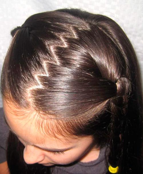 Девочка с зигзагообразным пробором на темных волосах