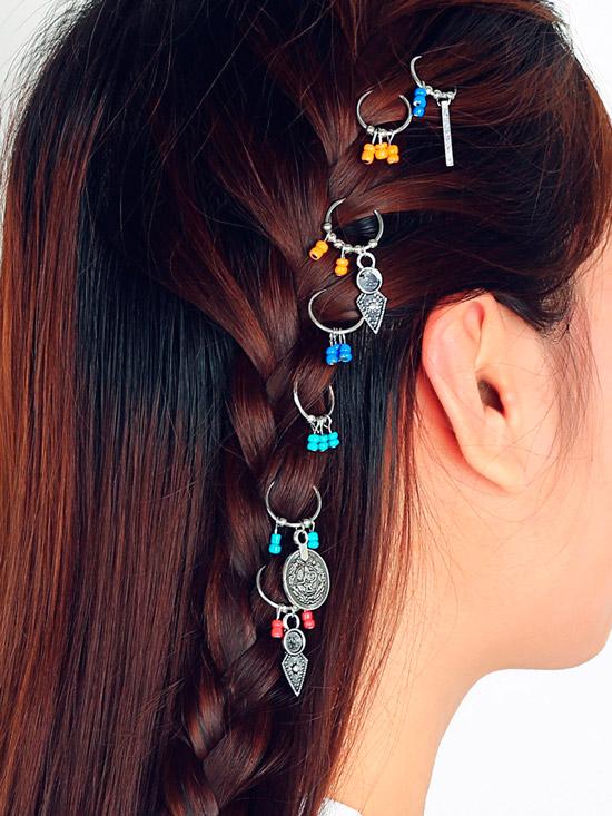 Девушка с темными гладкими волосами, украшенные оригинальными подвесками