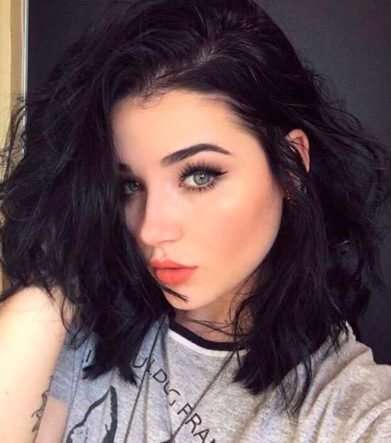 Девушка с черными пышными волосами