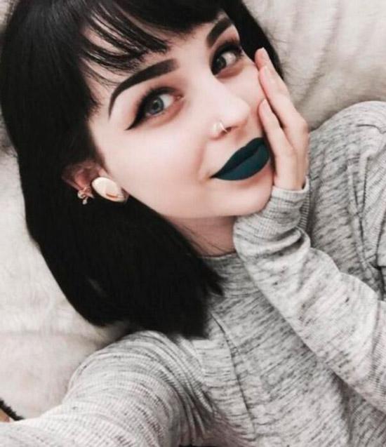 Девушка с черными волосами, темная помада и стрелки на глазах