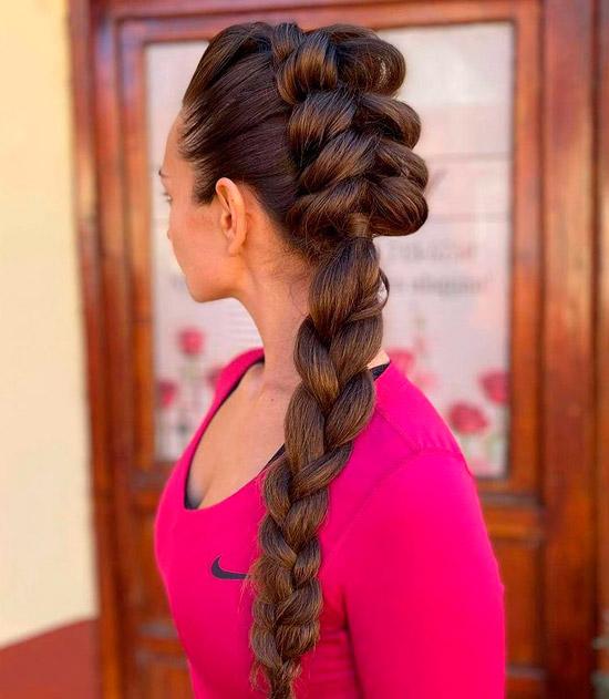 Девушка с длинной объемной косой на темных волосах