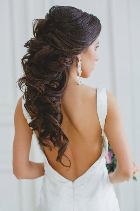 Девушка с длинными темными волосами собранными в объемную косу