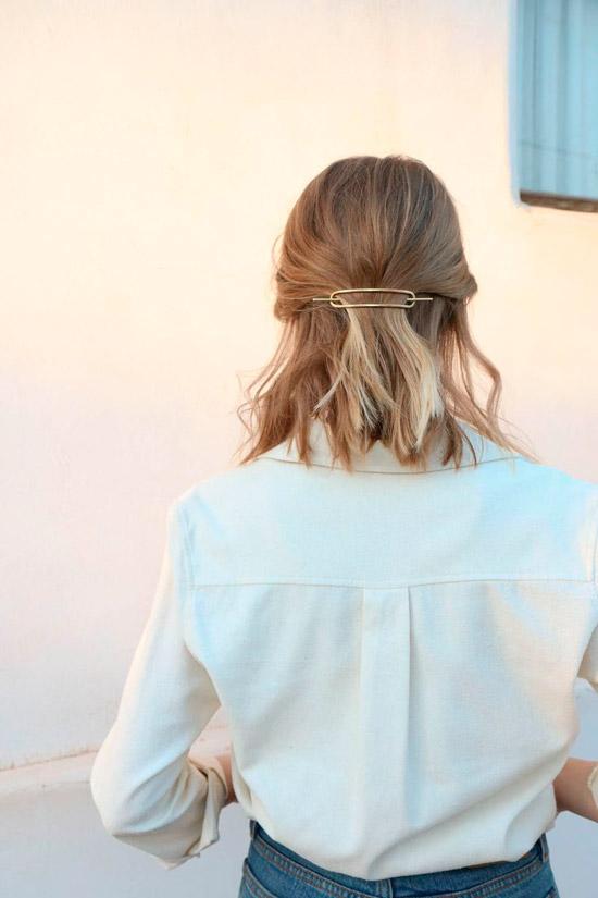 Девушка с короткими светлыми волосами собранные сзади заколкой