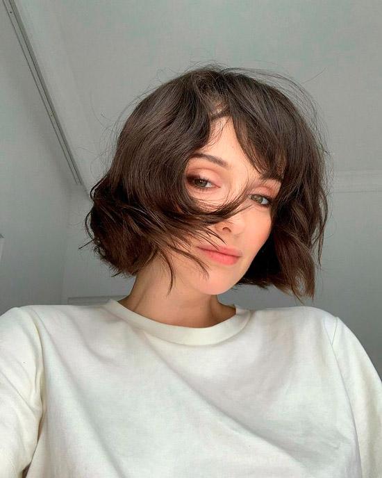 Девушка с короткими темными волосами
