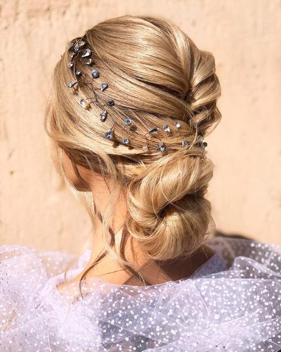 Девушка с красивой прической на светлых волосах с тонким ободком с кристаллами