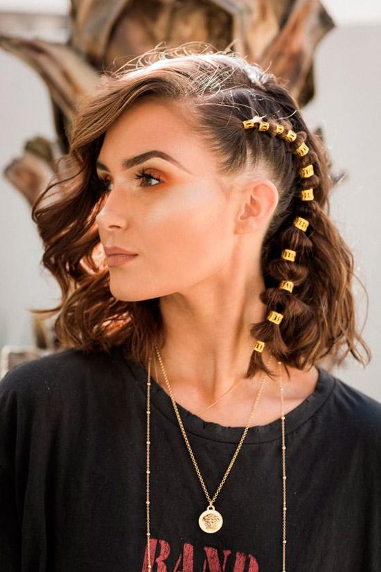 Девушка с красивой прической, украшенная золотыми амулетами