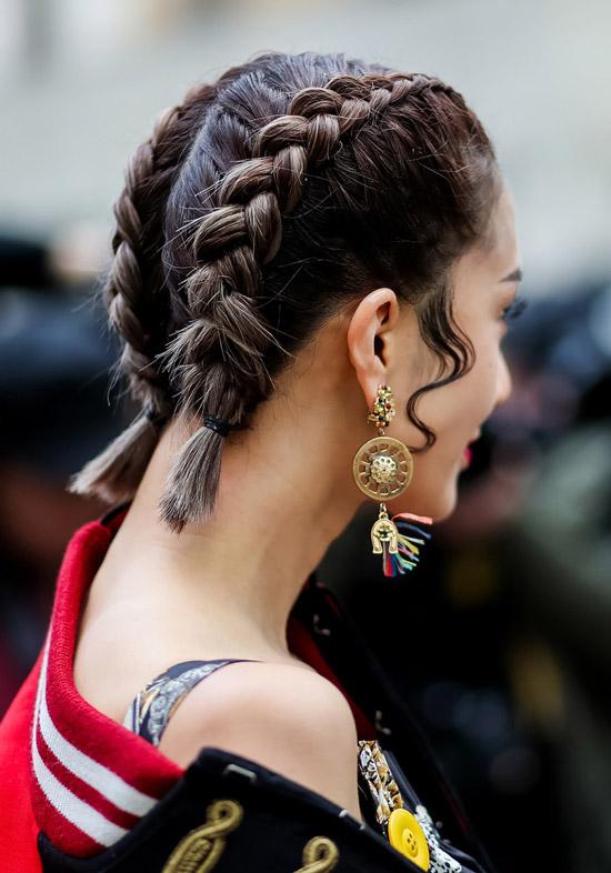 Девушка с красивыми косичками на коротких темных волосах