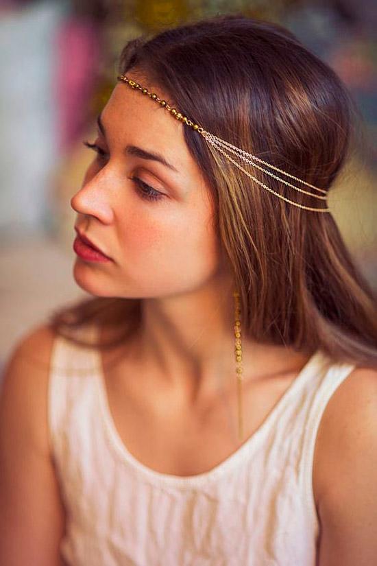 Девушка с красивыми ухоженными волосами, украшенные золотыми тонкими цепочками