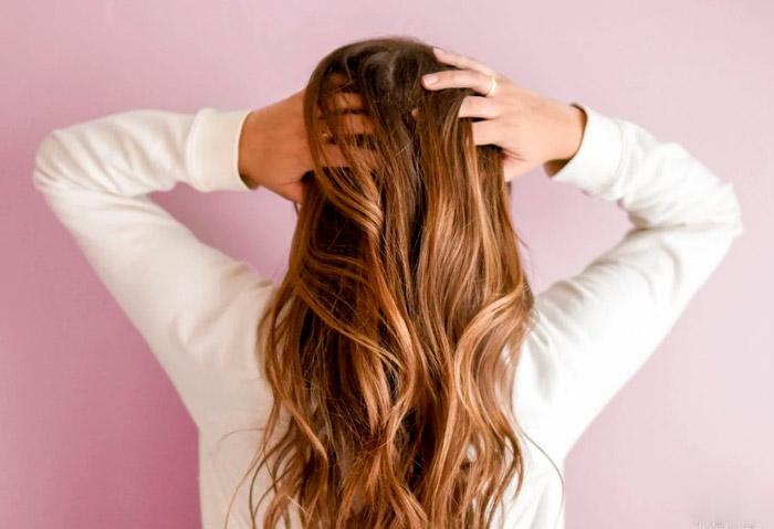 Девушка с красивыми волосами средней длины